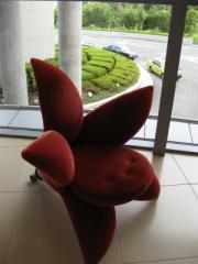 とてもユニークなデザインの椅子(ウェスティン淡路ロビーにて)