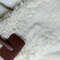 ゴワゴワしたフリースが犬猫用のブラシでふわふわになった。ついでに毛布も。