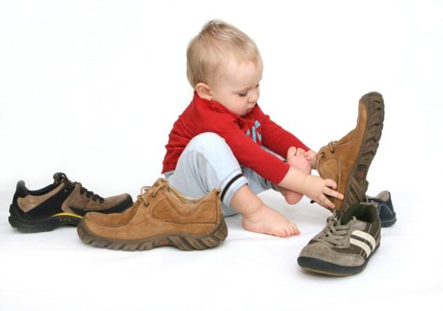 anak pakai sepatu ayah