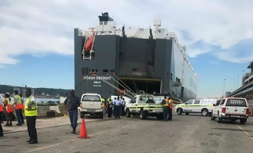 Man drowns after accidentally driving truck into Durban harbour - Video