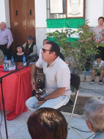 Cantautor Francisco Narváez cantanto su canción dedicada a Diamantino García