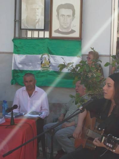 """La cantautora Lucía Sócam cantando """"creía en la gente"""" tema escrito por Juan José Téllez y dedicado a Diamantino García"""