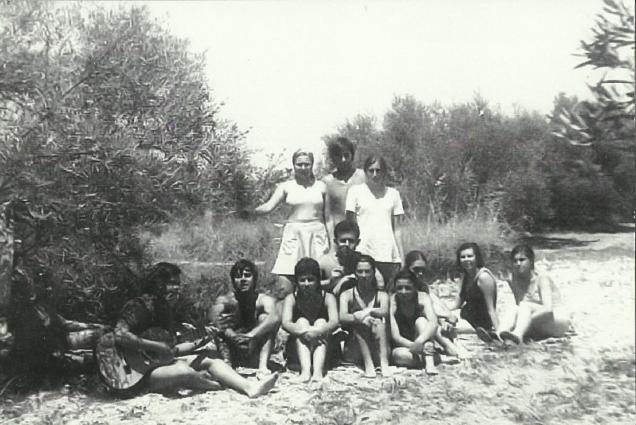 Juan y un grupo de jóvenes (1975)