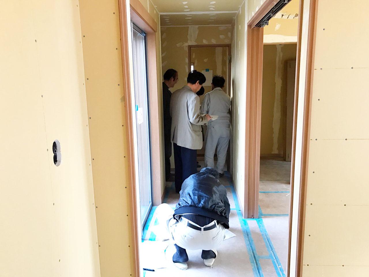 設計・デザインをした木造平屋建てバリアフリー住宅のトイレ壁紙決定