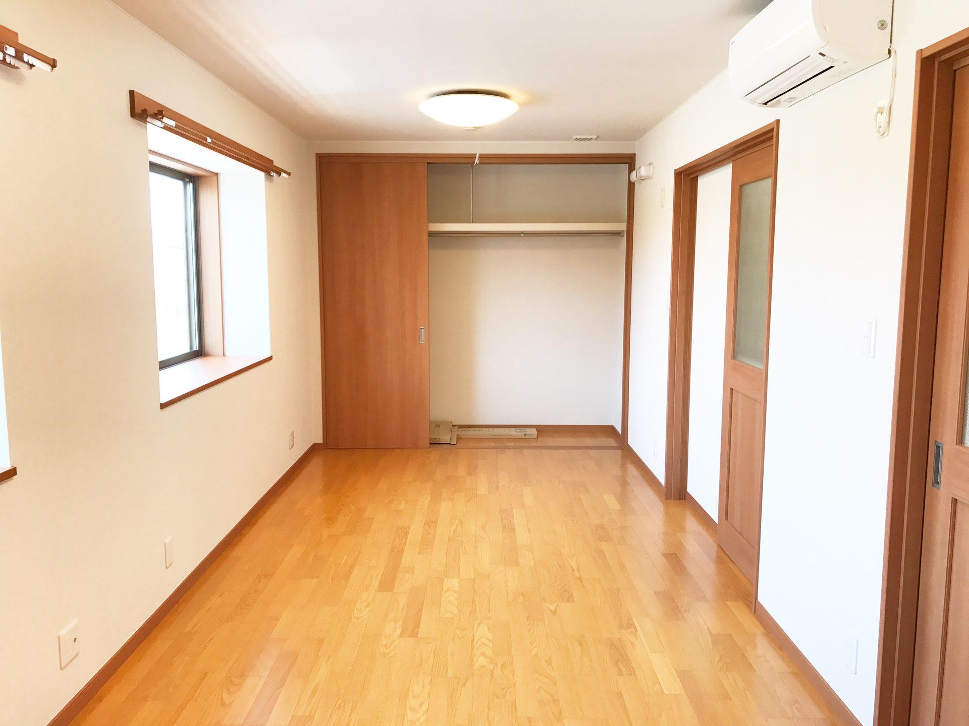 設計・デザインをした店舗(鍼灸接骨院)付き住宅の子供部屋内クロゼット