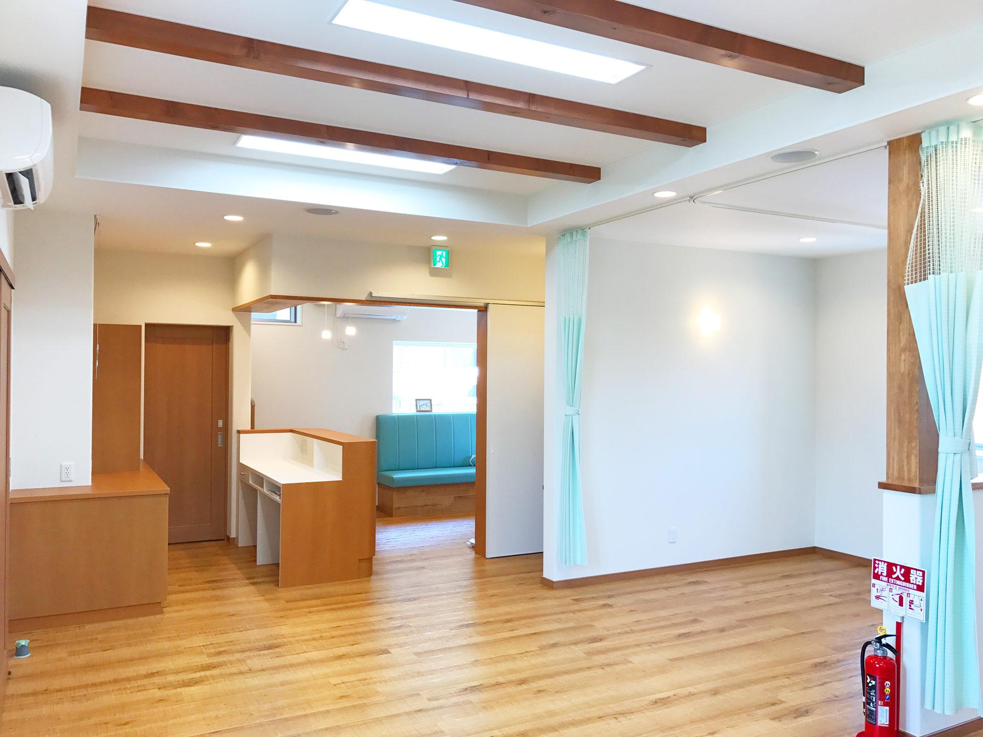 設計・デザインをした店舗(鍼灸接骨院)付き住宅の接骨院施術室と受付カウンターとカルテ棚と待合室
