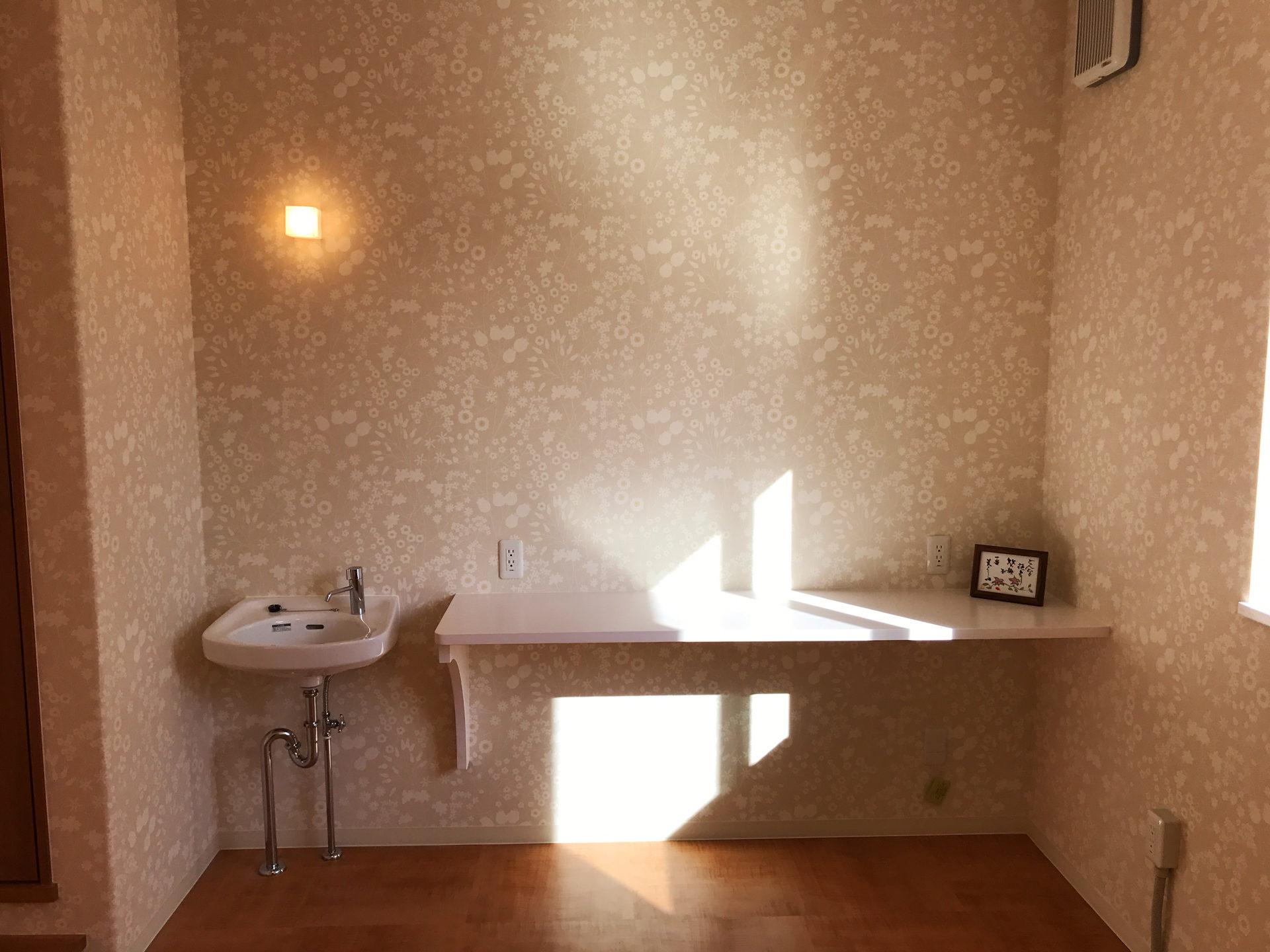 レディース治療院(はり・あん・マッサージ)付き二世帯住宅の施術用カウンター