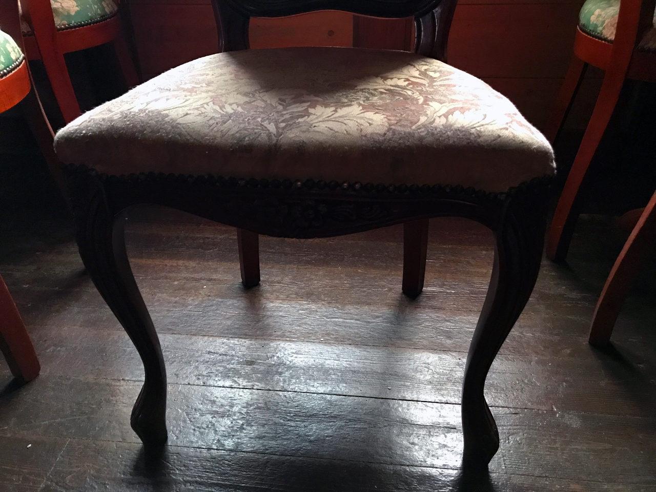 I邸(市街化調整区域での建替え)の既設喫茶店のアンティーク椅子