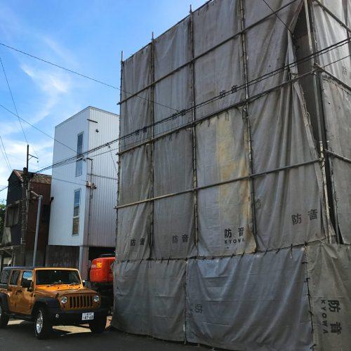 設計・デザインをさせていただいている新築住宅の為の解体工事が始まりました