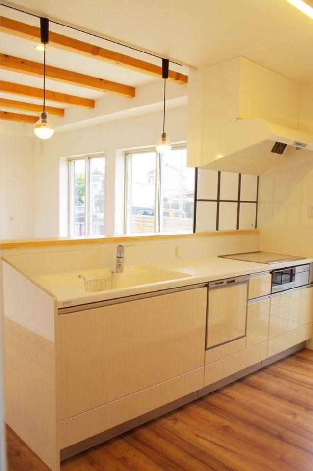 設計・デザインをしたまつげエクステサロン付きかわいい注文住宅のキッチン
