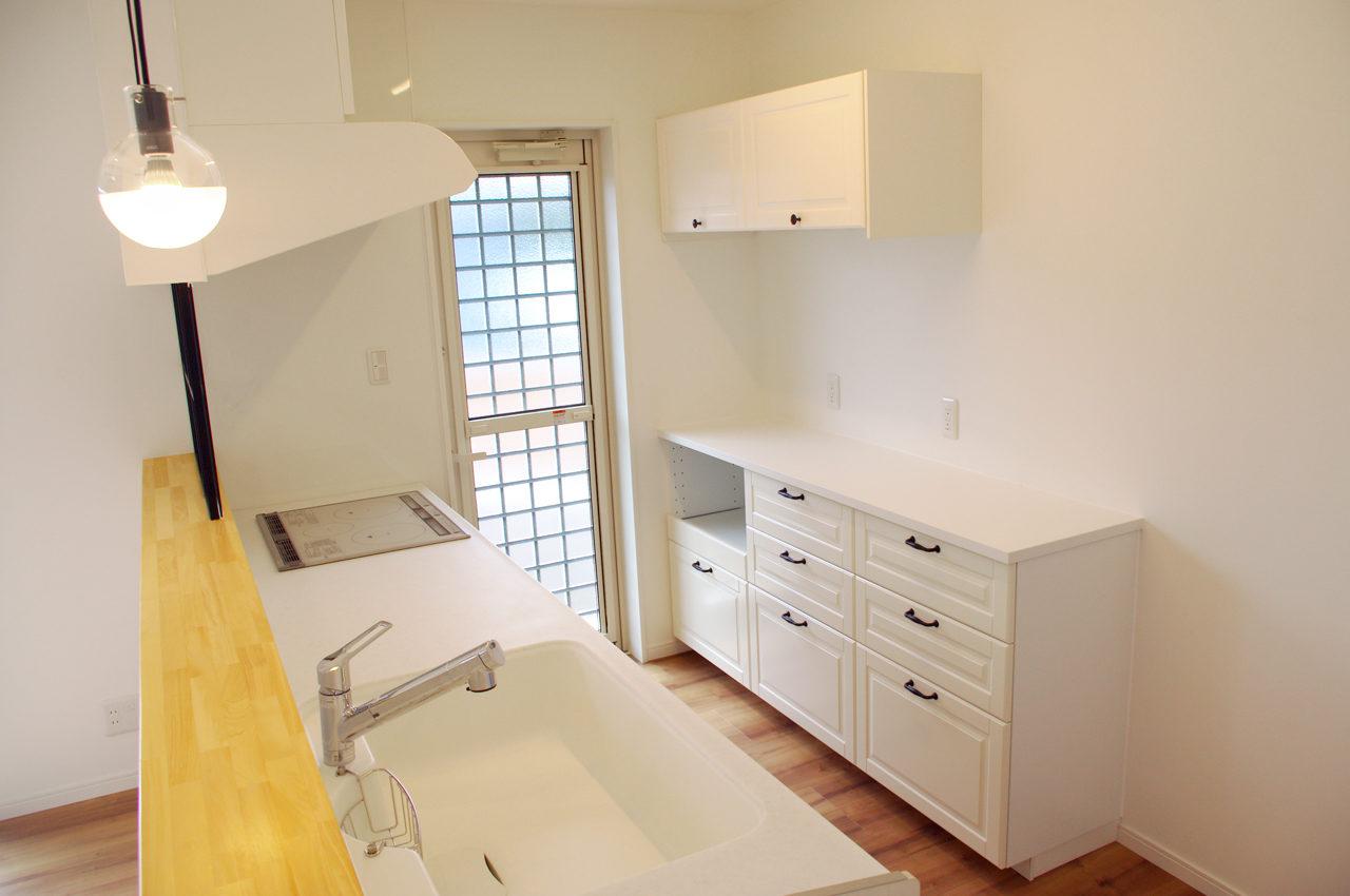 設計・デザインをしたまつげエクステサロン付きかわいい注文住宅のLDKキッチンカウンターとイケアのキッチン収納バック棚