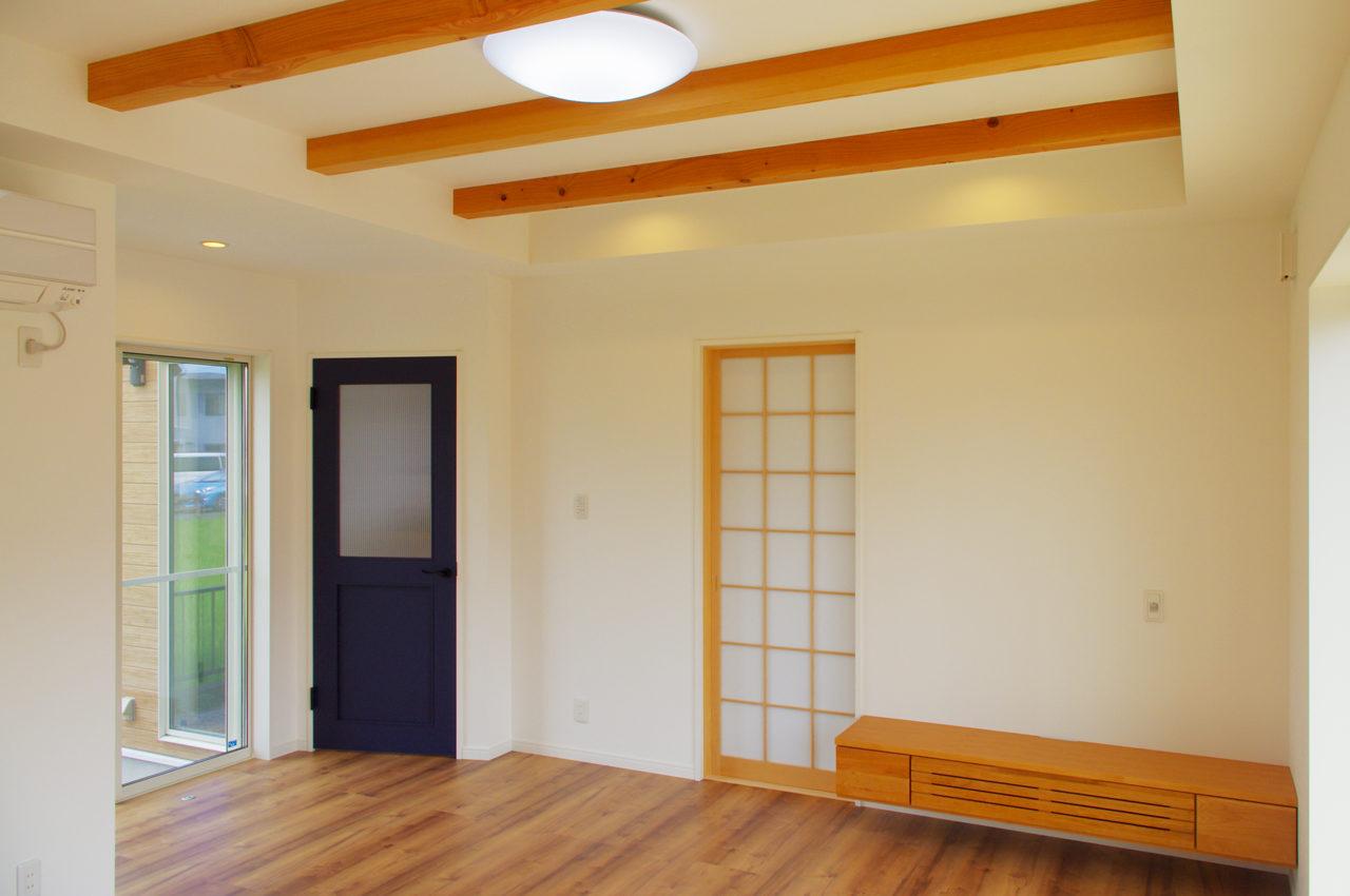 設計・デザインをしたまつげエクステサロン付きかわいい注文住宅のLDK入り口と障子とテレビ台