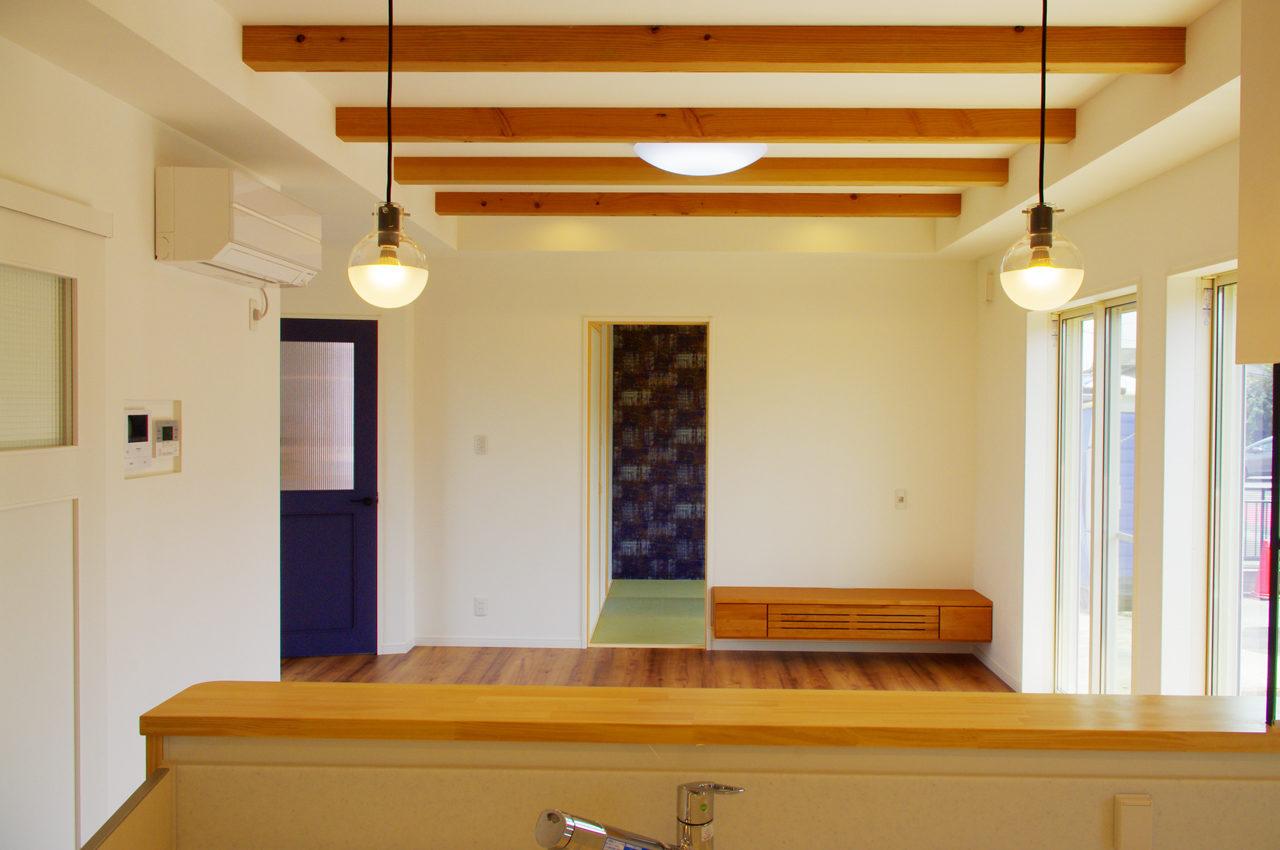 設計・デザインをしたまつげエクステサロン付きかわいい注文住宅のLDK入り口と和室とテレビ台