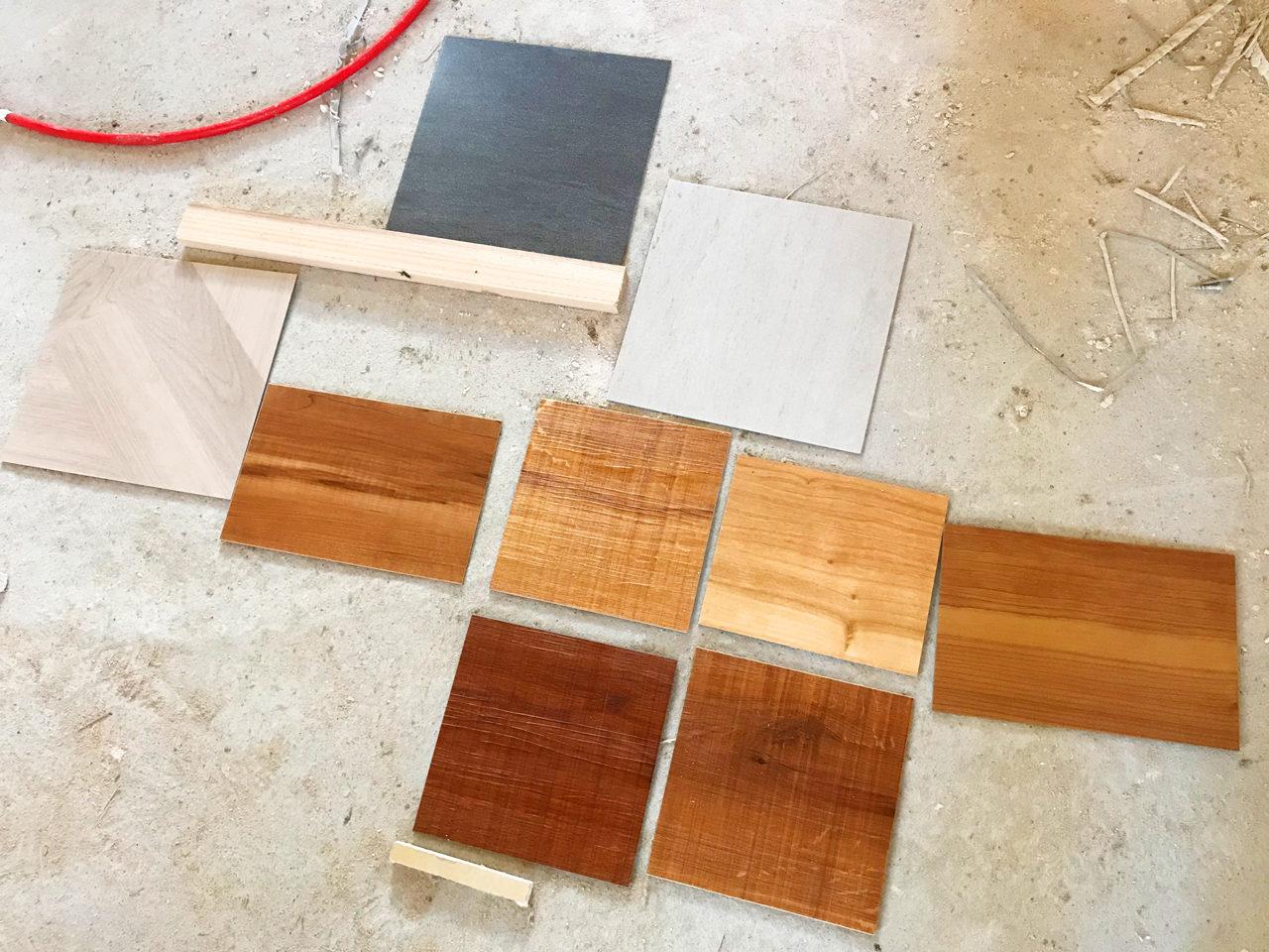 設計・デザインをさせていただいた注文住宅の床材の打ち合わせ