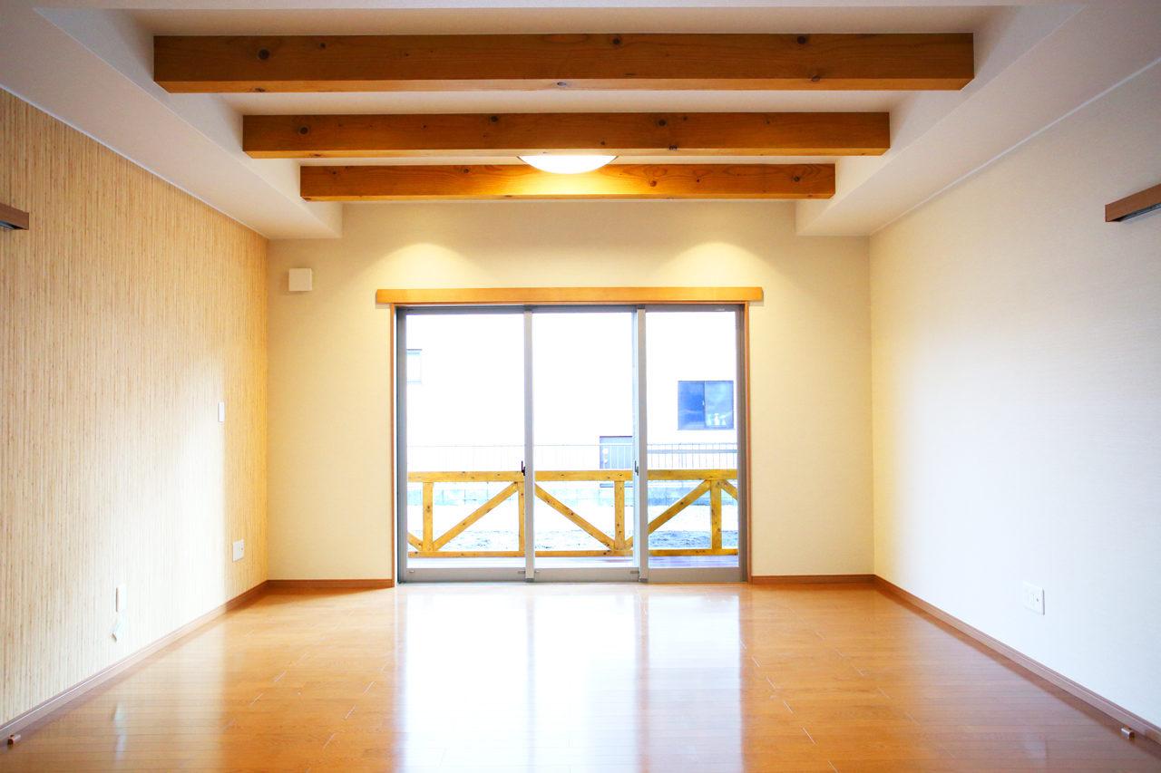 建て替えの設計・デザインをした老後を夫婦で楽しく暮らすバリアフリー注文住宅のウッドデッキと梁の見える明るいリビング