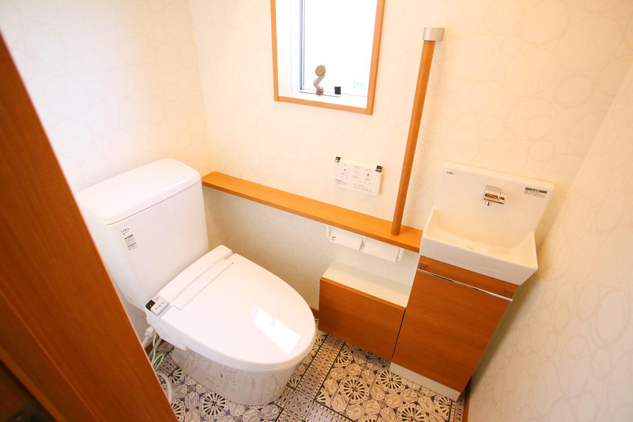 建て替えの設計・デザインをした老後を夫婦で楽しく暮らすバリアフリー注文住宅のかわいいトイレ