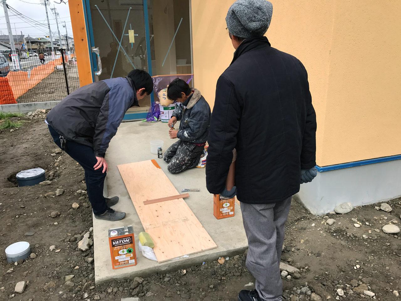 レディース治療院(はり・あん・マッサージ)付き二世帯住宅の木材塗装色の打合せ