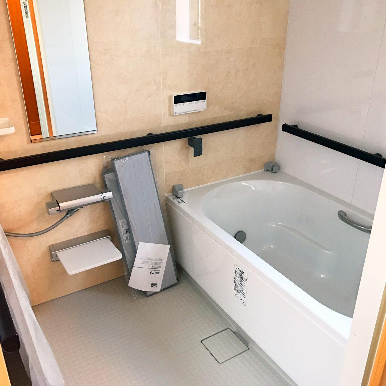 設計・デザインをさせていただいた木造平屋建てバリアフリー住宅のバリアフリー対応手摺付きユニットバス