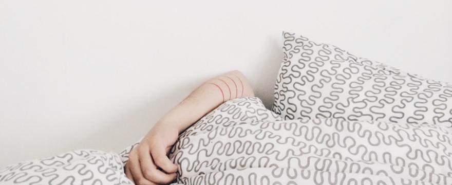 Wie Schlaf dein Essverhalten und Gewicht beeinflusst10 Minuten Lesezeit