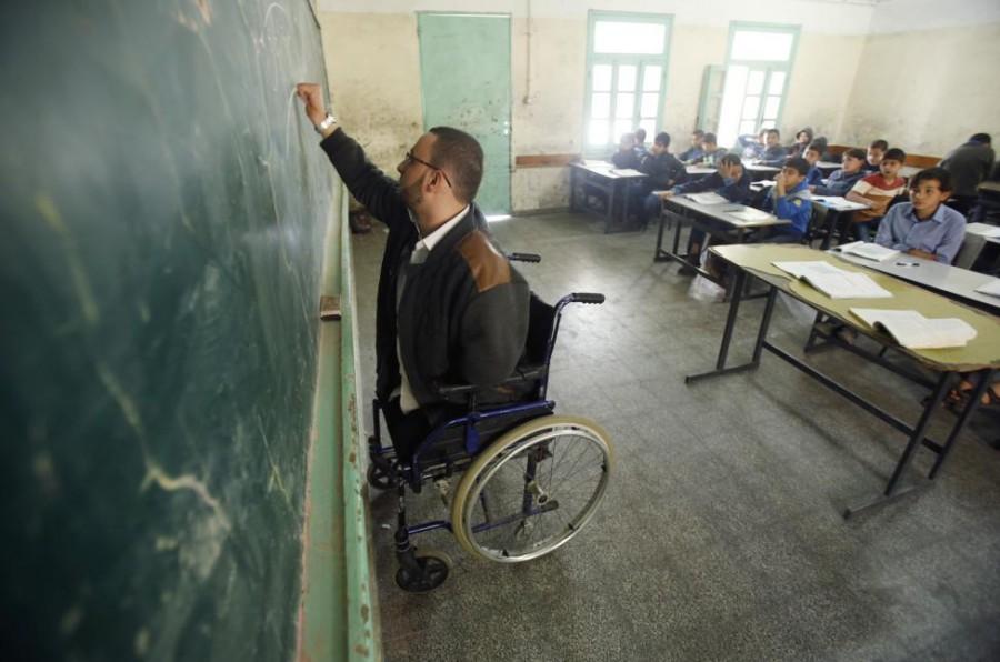 Ahmed al-Sawaferi menulis di papan tulis