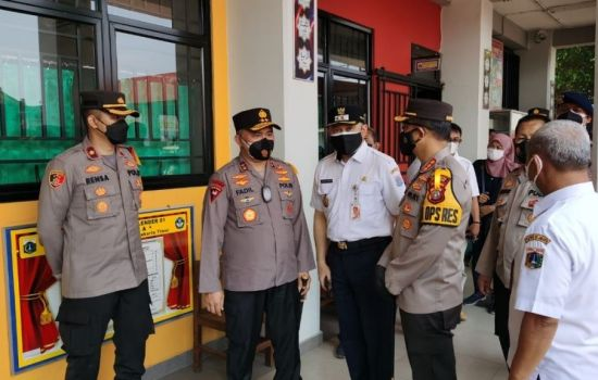 Kapolda Metro Jaya Meninjau Vaksinasi Merdeka Di SD 01 Klender