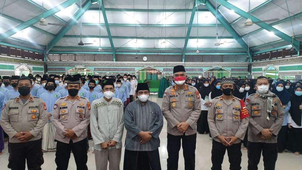 Polda Metro Jaya Serahkan Bantuan Kepada Ponpes Al Washilah