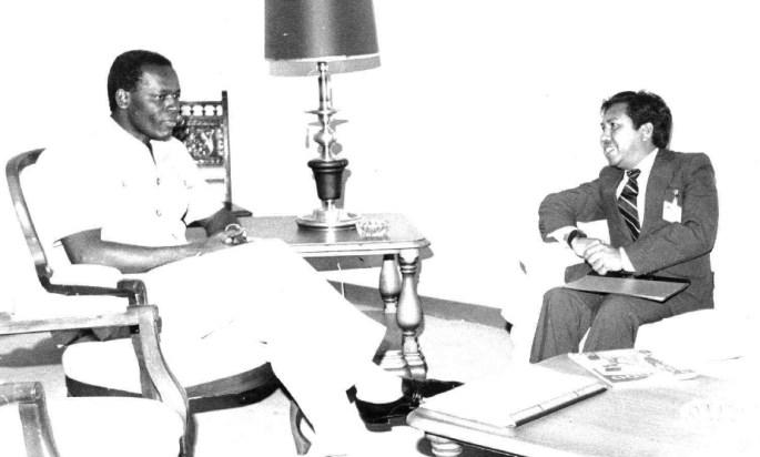 Abilio Araujo, pemimpin Delegasi External Fretilin dalam sebuah pertemuan dengan José Eduardo dos Santos, Presiden Angola sekitar tahun 1980. [Archives & Museum of East Timorese Resistance]