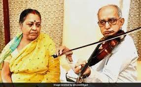 पत्नी के इलाज के लिए 17 साल तक सड़कों पर वायलिन बजाता रहा बुजुर्ग