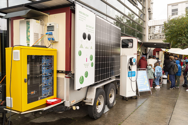 Wagen mit PV-Anlage und Speicherbatterien