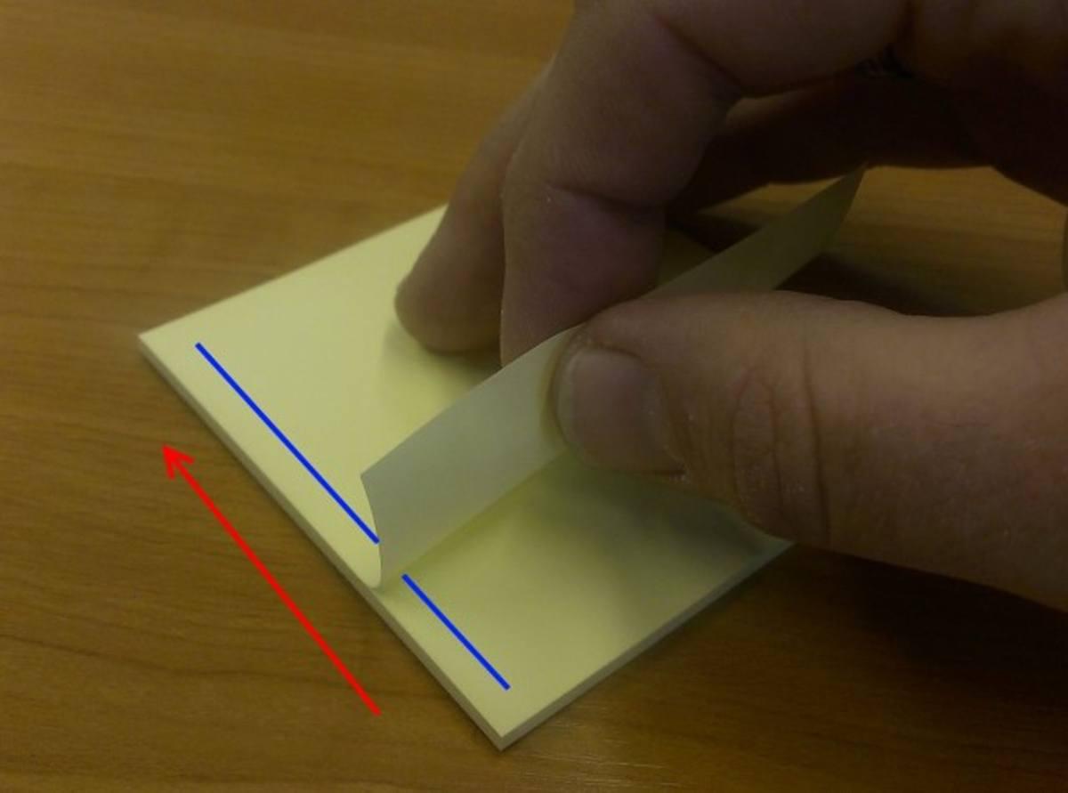 正確做法是沿著藍線膠水位置左至右或右至左,從側邊輕輕取出