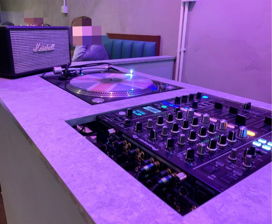 餐廳的角落放置一部 DJ 打蝶機,再加上藍藍紫紫的燈效令店內氛氛一流,間唔中仲會搞下 LIVE SHOW,好適合同朋友聚會欣賞。(圖片來源:Openrice@食佢就叻)