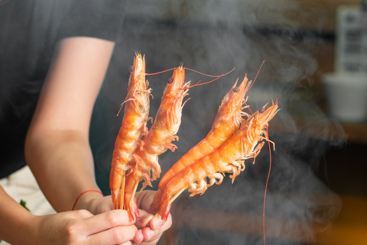 手串生猛海蝦亦相當新鮮,海蝦需要夠新鮮才可以人手垂直逐隻串起,海鮮愛好者大力推介!