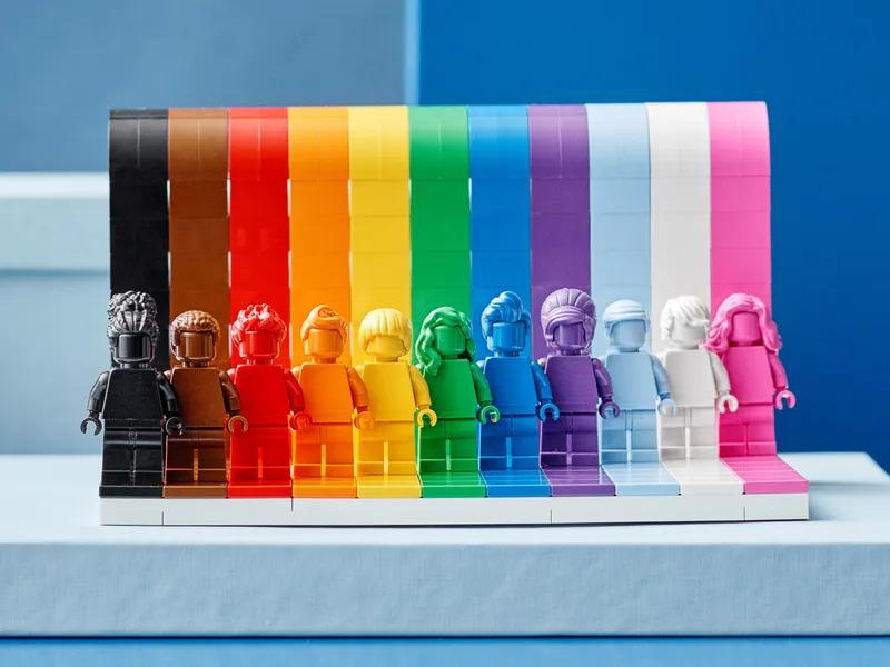 LEGO 40516 Everyone Is Awesome 共有 346 件零件,可砌出 11 色的彩虹背景及同色人仔