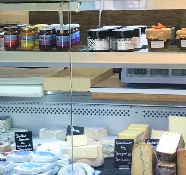 A la laiterie d'Yvonand les sauces piquantes Swiss-Mex sont aussi en vente