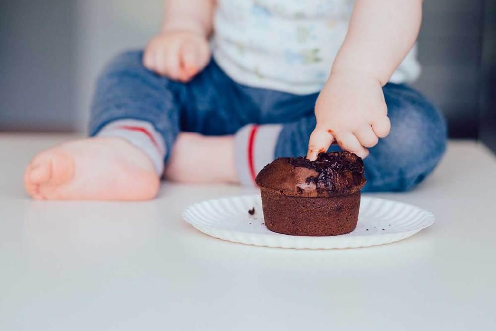criança comendo chocolate