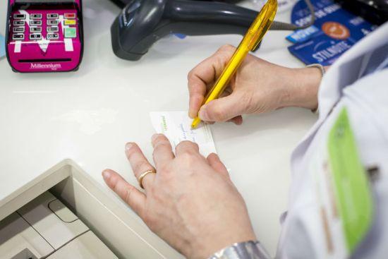 """As etiquetas de posologia são uma mais-valia no momento da dispensa. Permitem uma melhor identificação da posologia correta e mantêm na embalagem os contactos da Farmácia Leonardo que aviou a medicação. Em caso de dúvida, estamos """"na embalagem""""."""