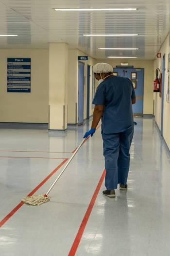 A limpeza dos espaços nas enfermarias Covid é constante