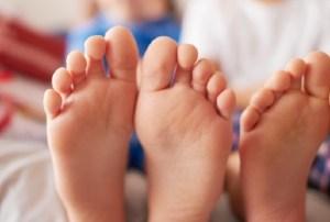 pés crianças