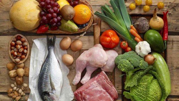 verduras-frutas-carnes-nueces-y-otros-alimentos-sobre-madera-e1502822835522