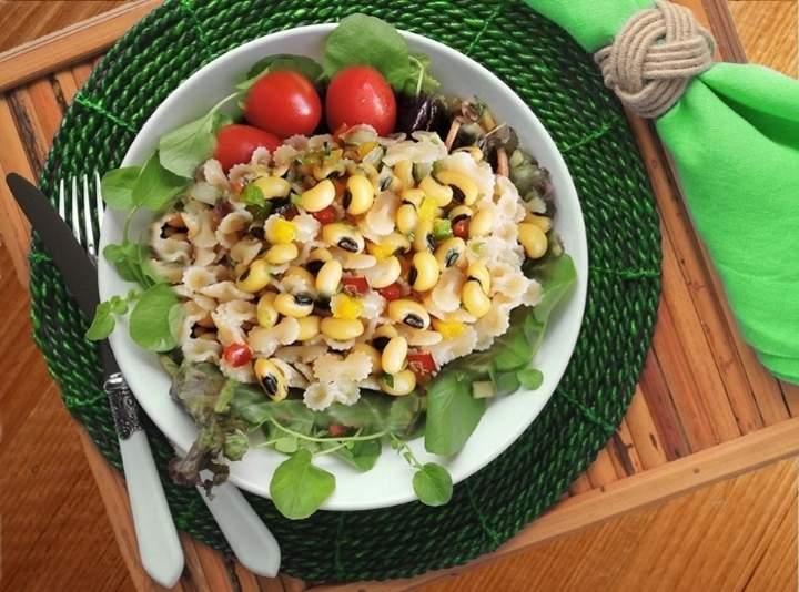 Salada de feijão Fradinho com Macarrão