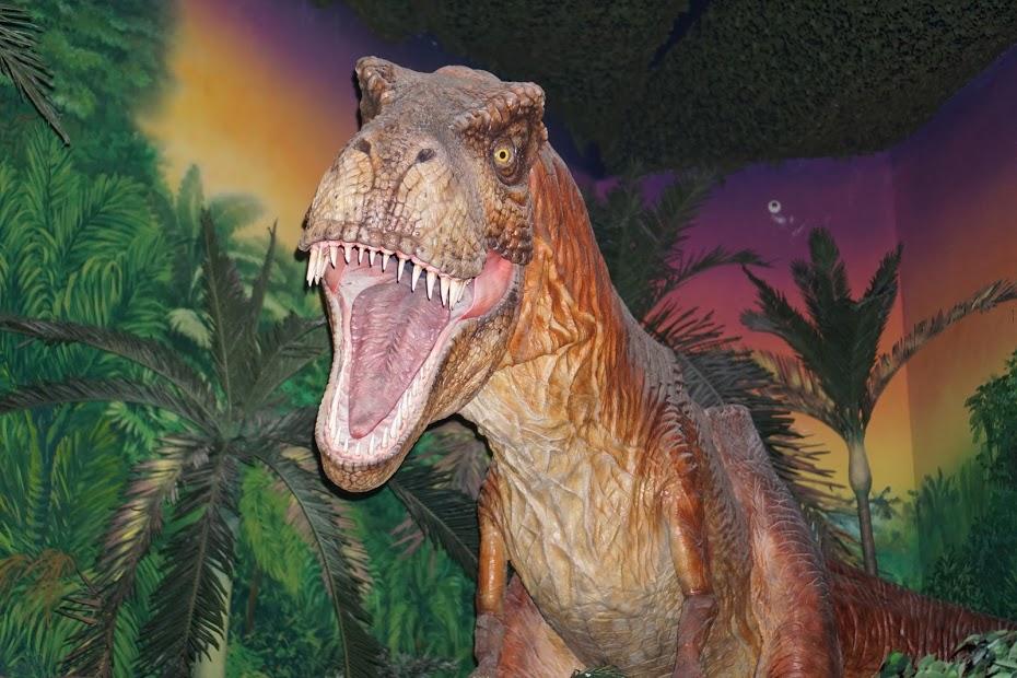 Piktas riaumojantis dinozauras su batareikom (kad vaikai nebijotų)