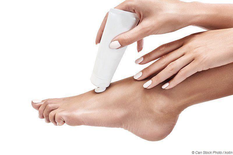 Fußpilz ist ansteckend, die Erreger sitzen in Saunen, in Duschen und auf dem Fließenboden