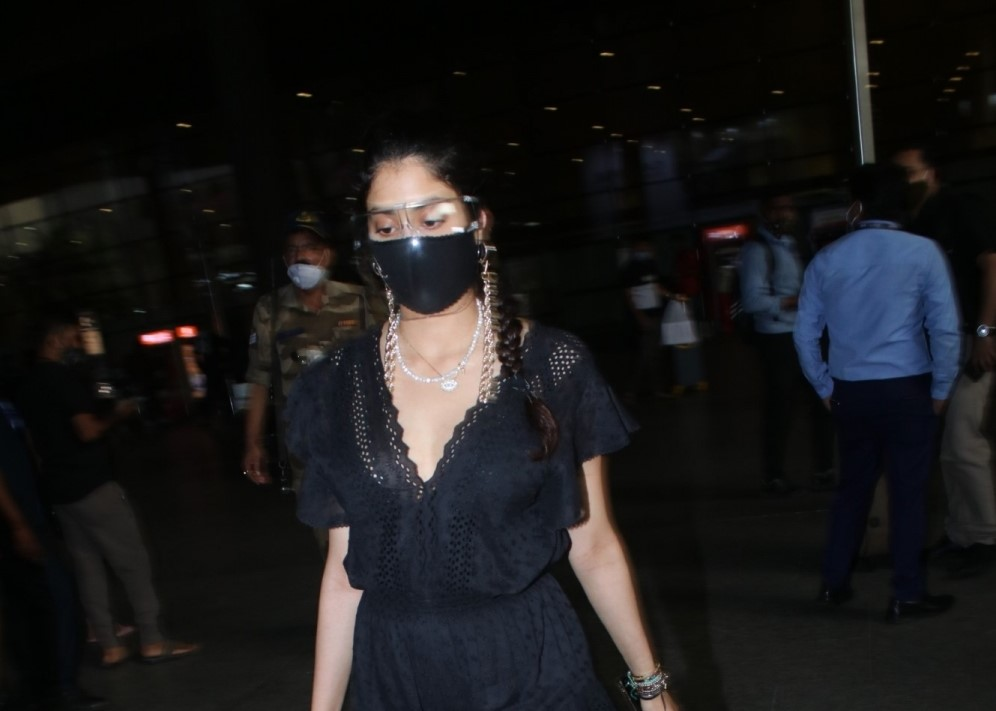 Jhanvi Kapoor Spotted at Airport Arrival