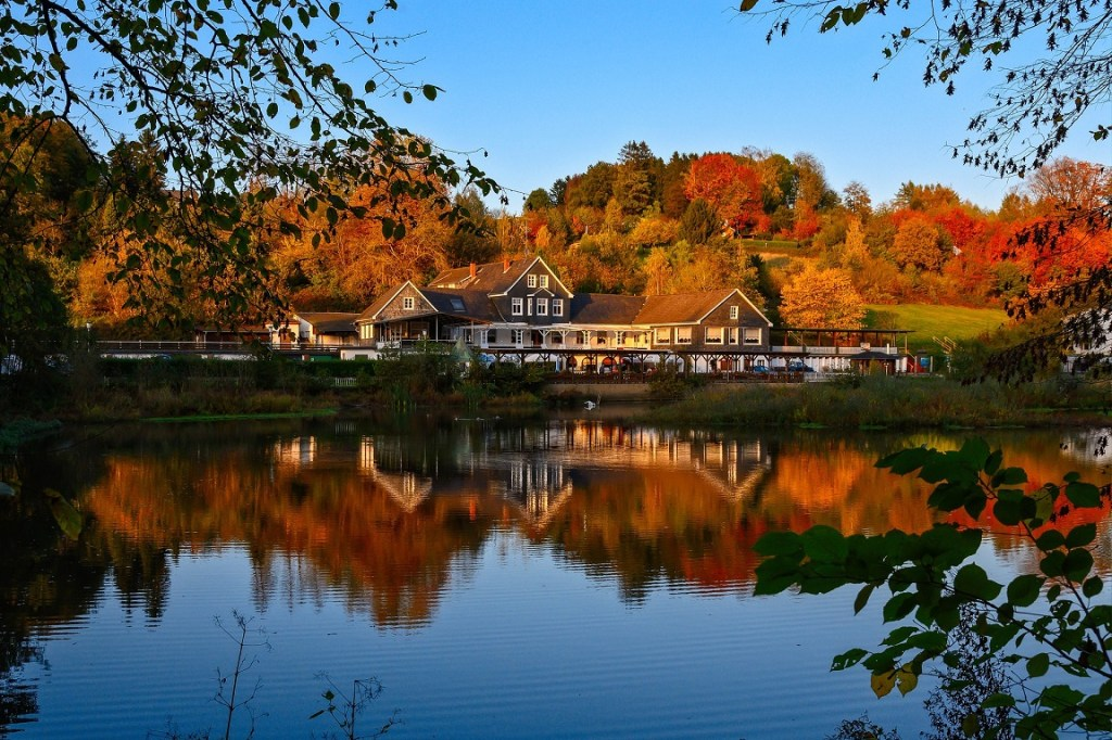 lake house-autumn-retirement lifestyle