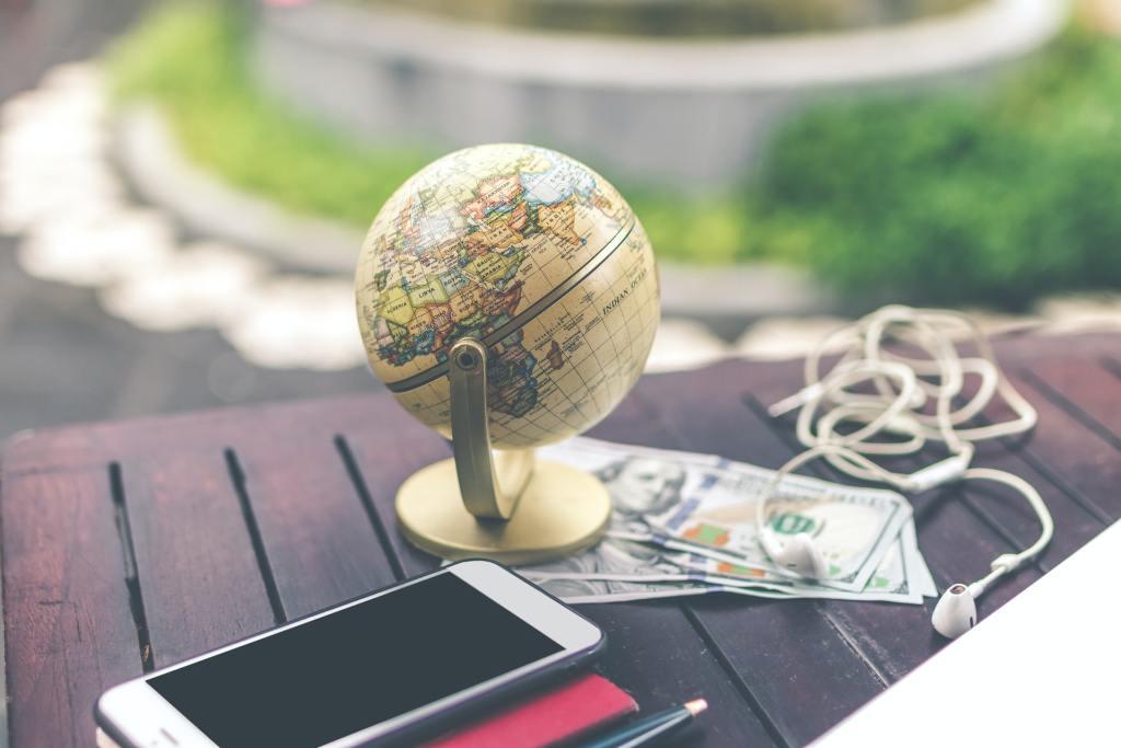 table-globus-smartphone-organize your finances