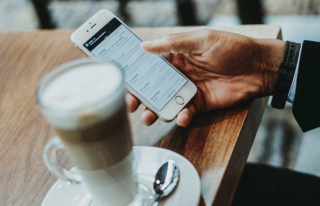 A shopper checking newsletters on their phone, Photo by Anete Lūsiņa on Unsplash
