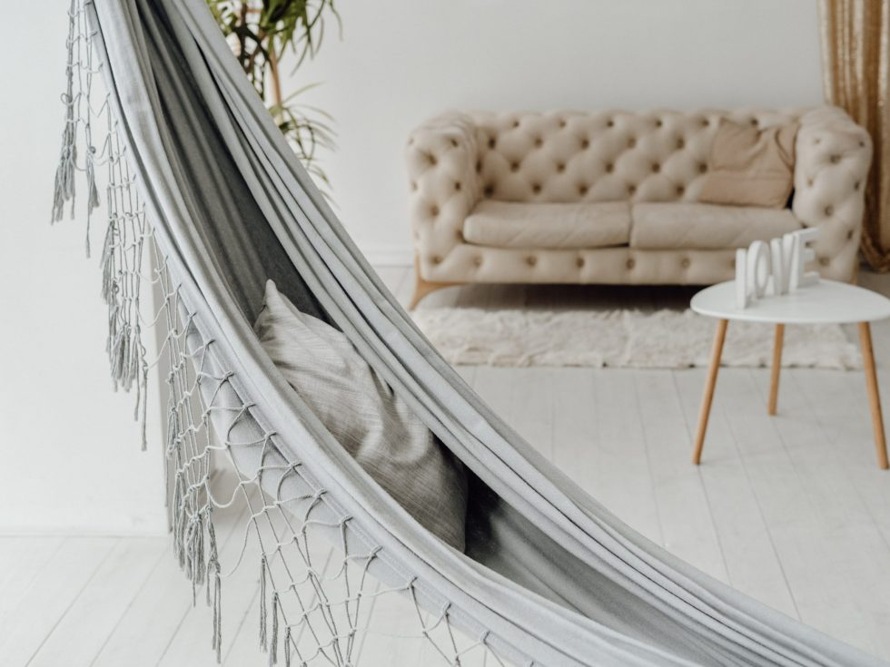 hangend relaxen in woonkamer