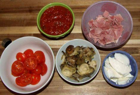 préparation de la garniture de la pizza jambon artichaut