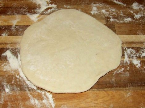La pâte du pain pita libanais étalée