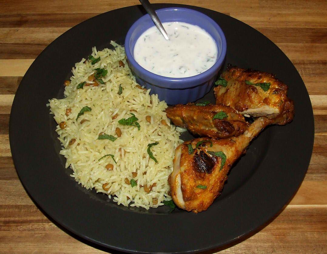 cuisse de poulet tandoori au four terminée avec son accompagnement